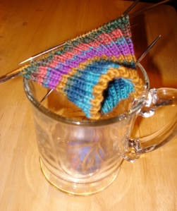 I use this large mug, to rangle the little ball of yarn. I pass the ball through the handle.